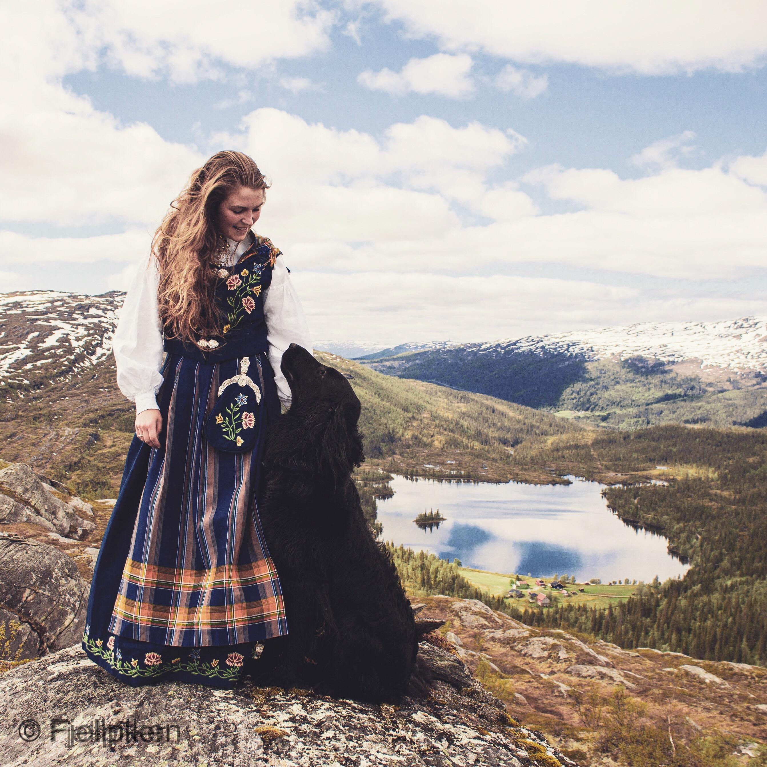 Elisabeth med hunden sin Odin