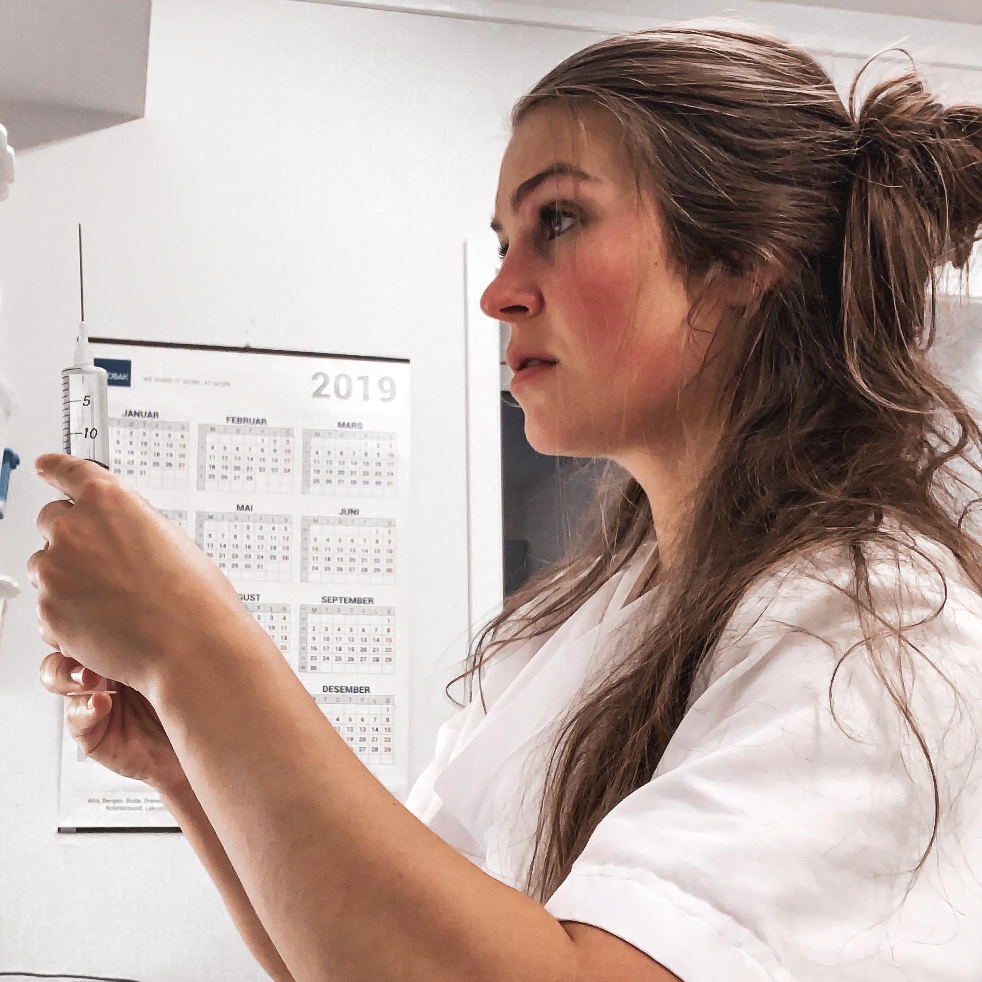 Elisabeth på jobb som sykepleier