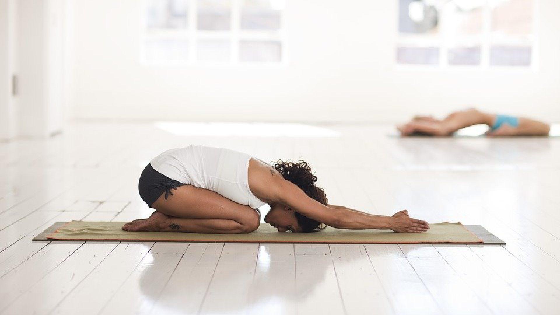Dame gjør yoga