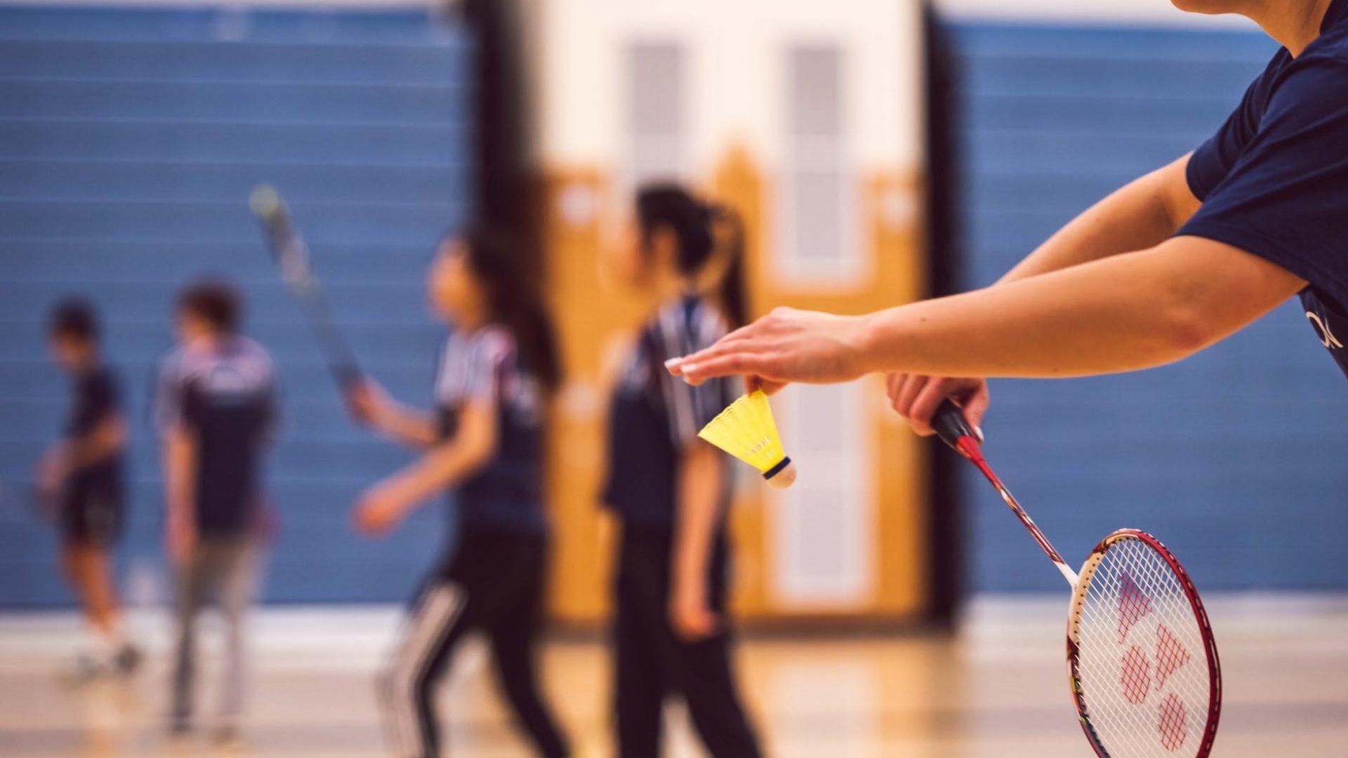 folk som spiller badminton
