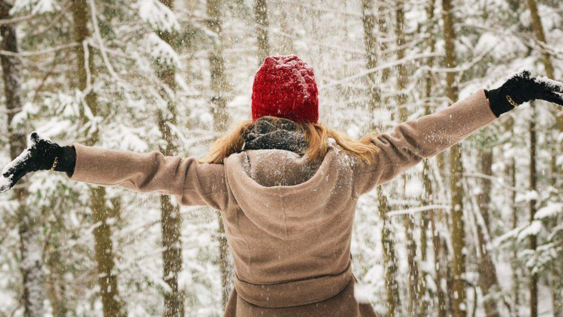 Dame ute i snøen