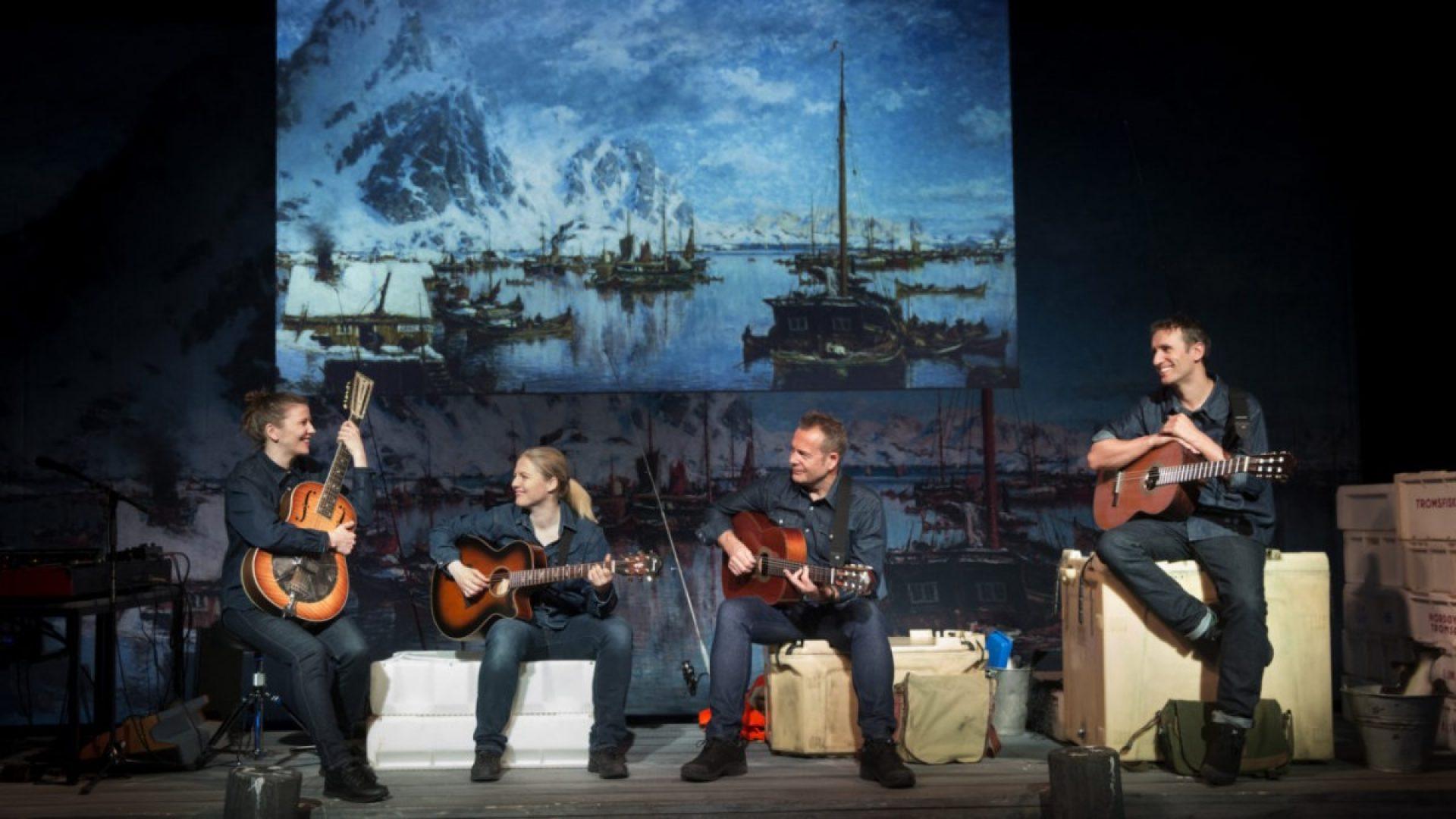 Fire stykker spiller og synger på scenen