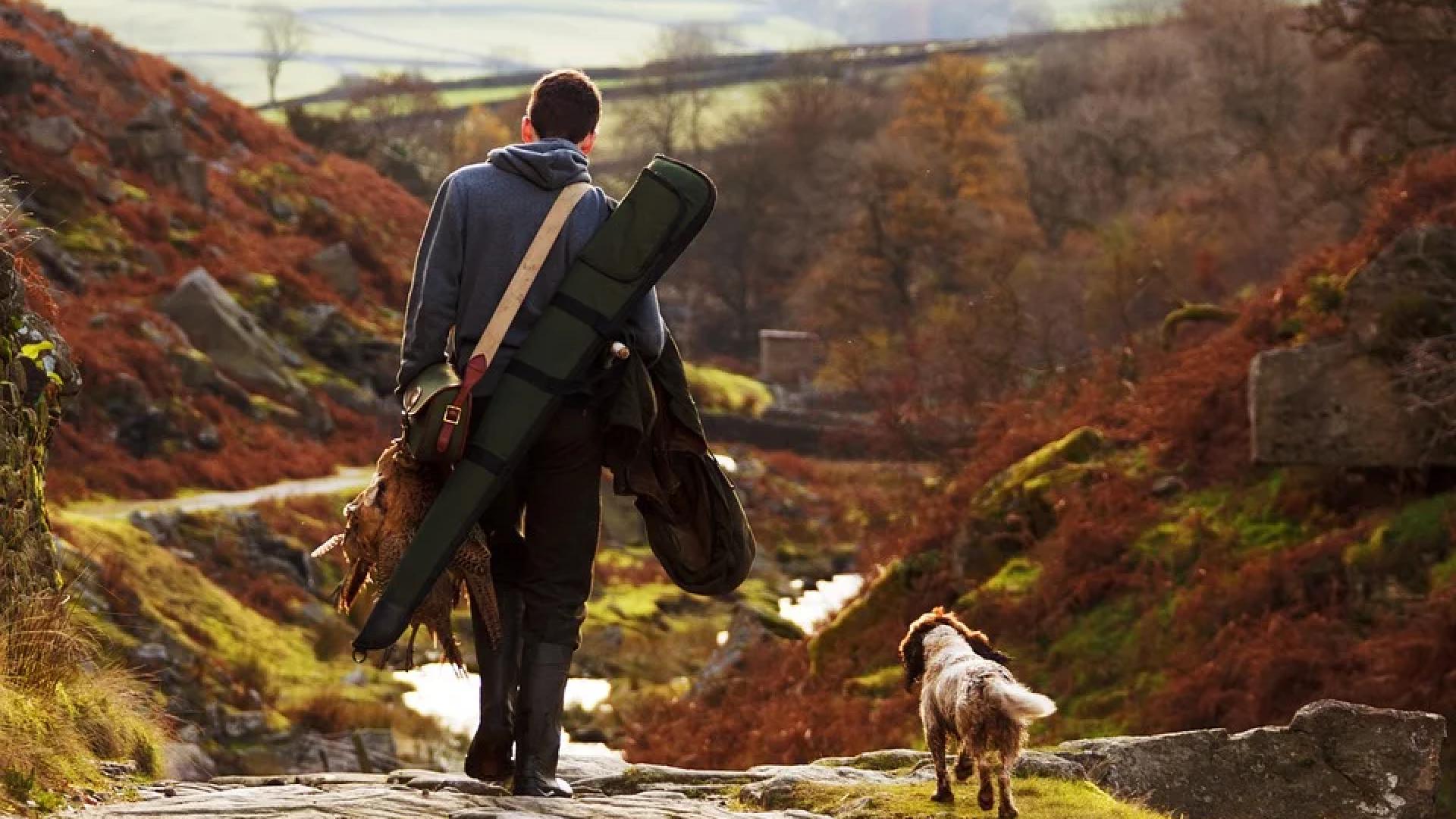 Mann og hund på jakt