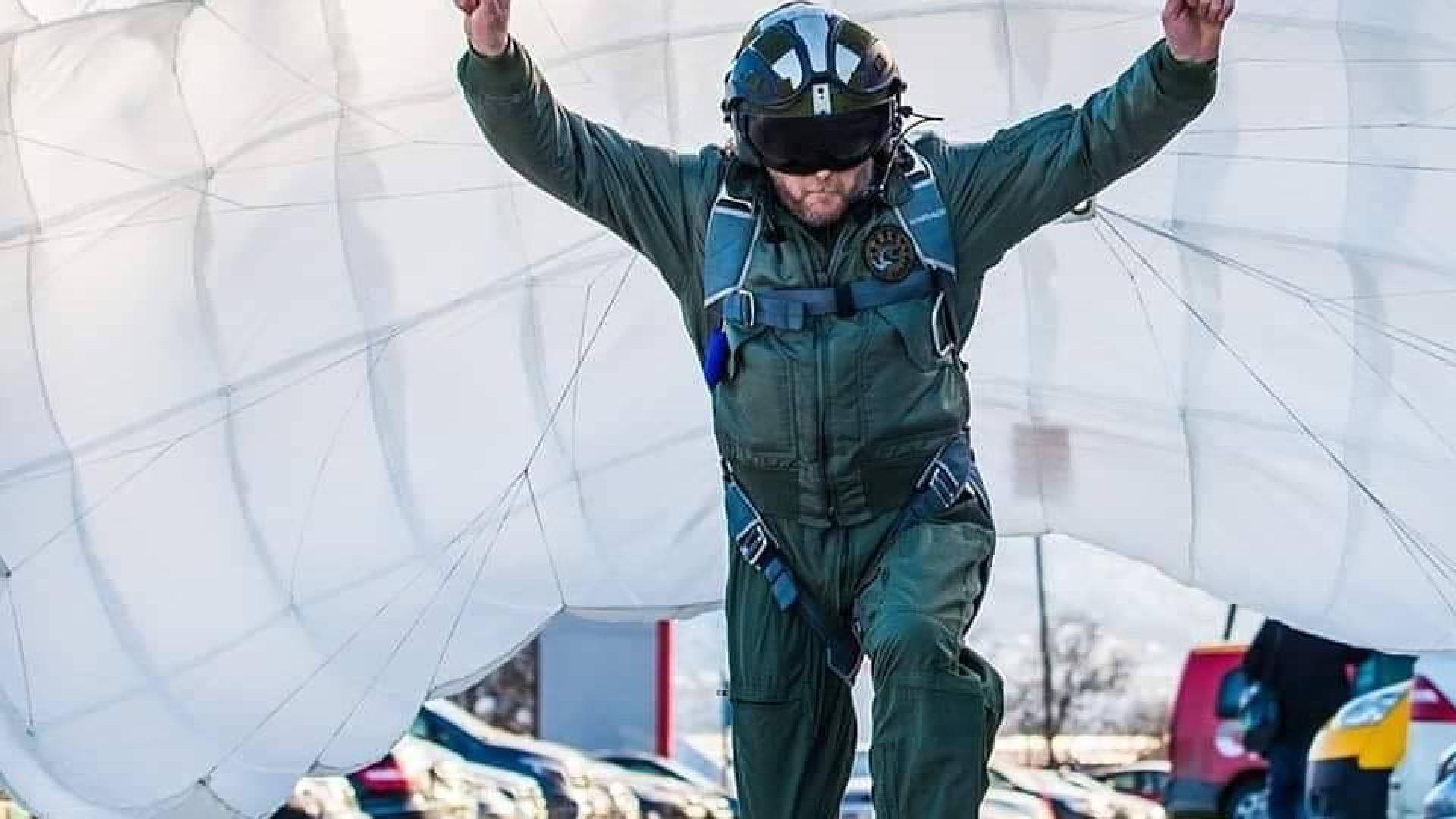 Mann med fallskjerm
