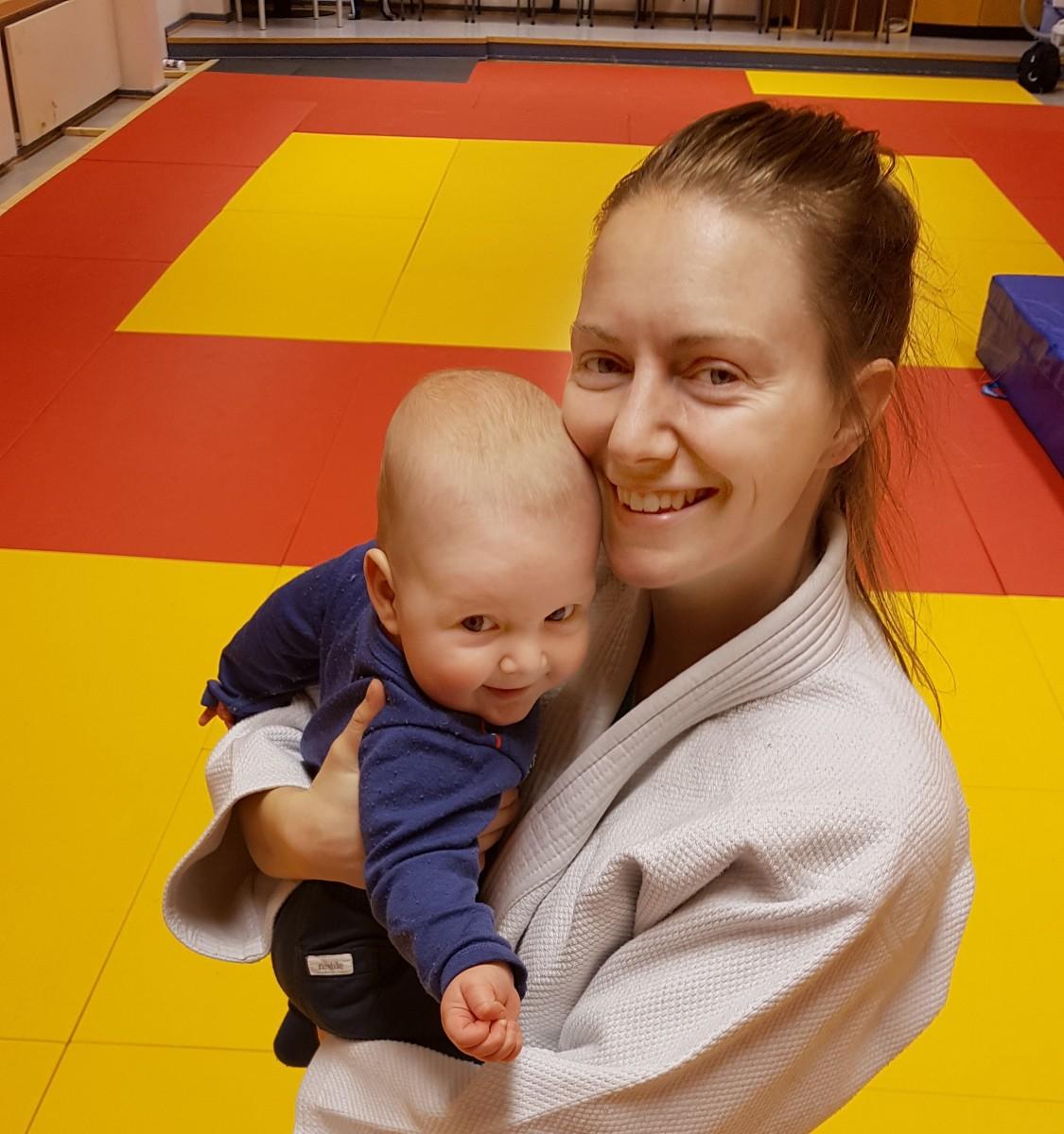 Nina og baby på judotrening