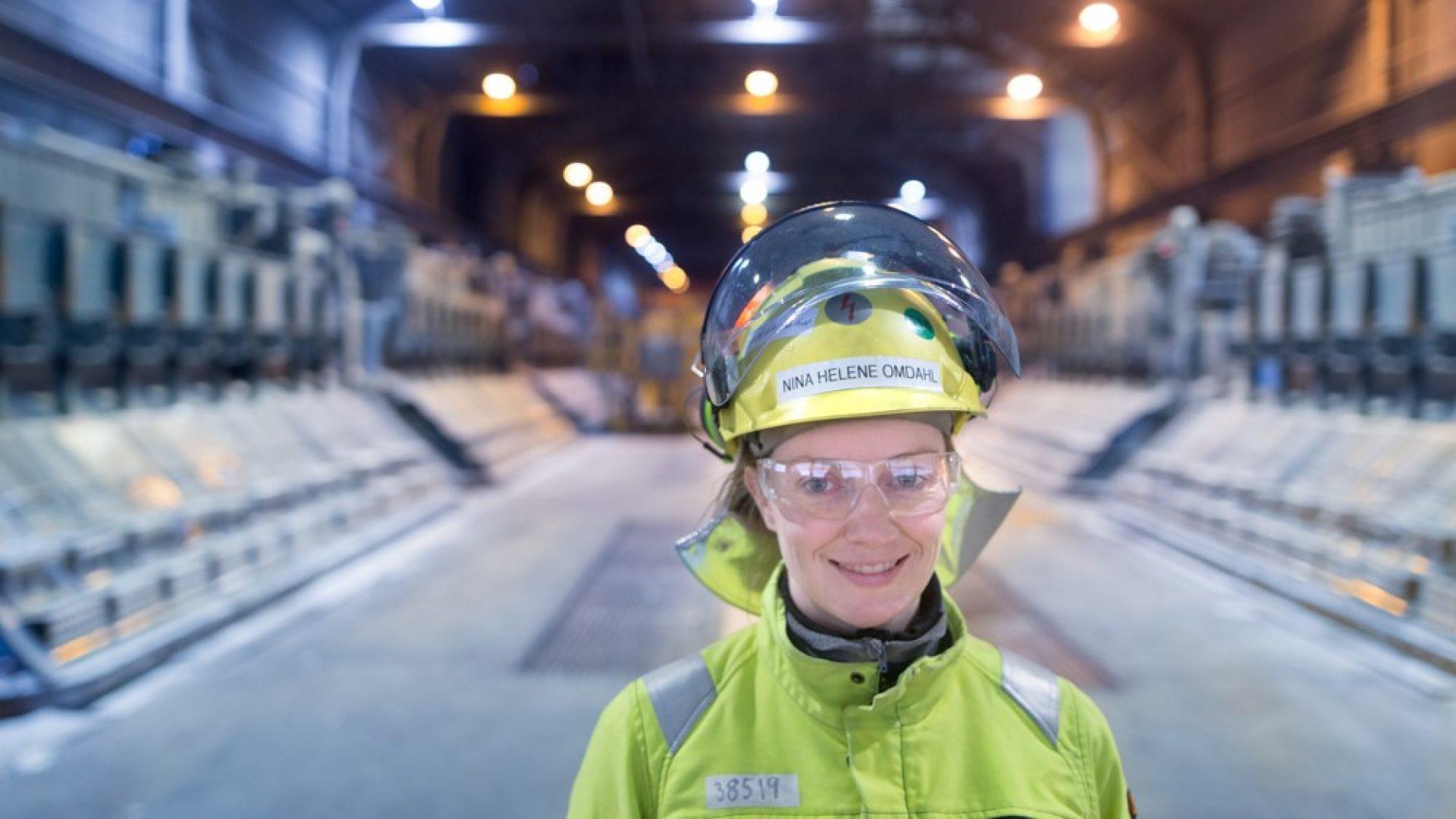 Nina inne i industrihallen til Alcoa Mosjøen