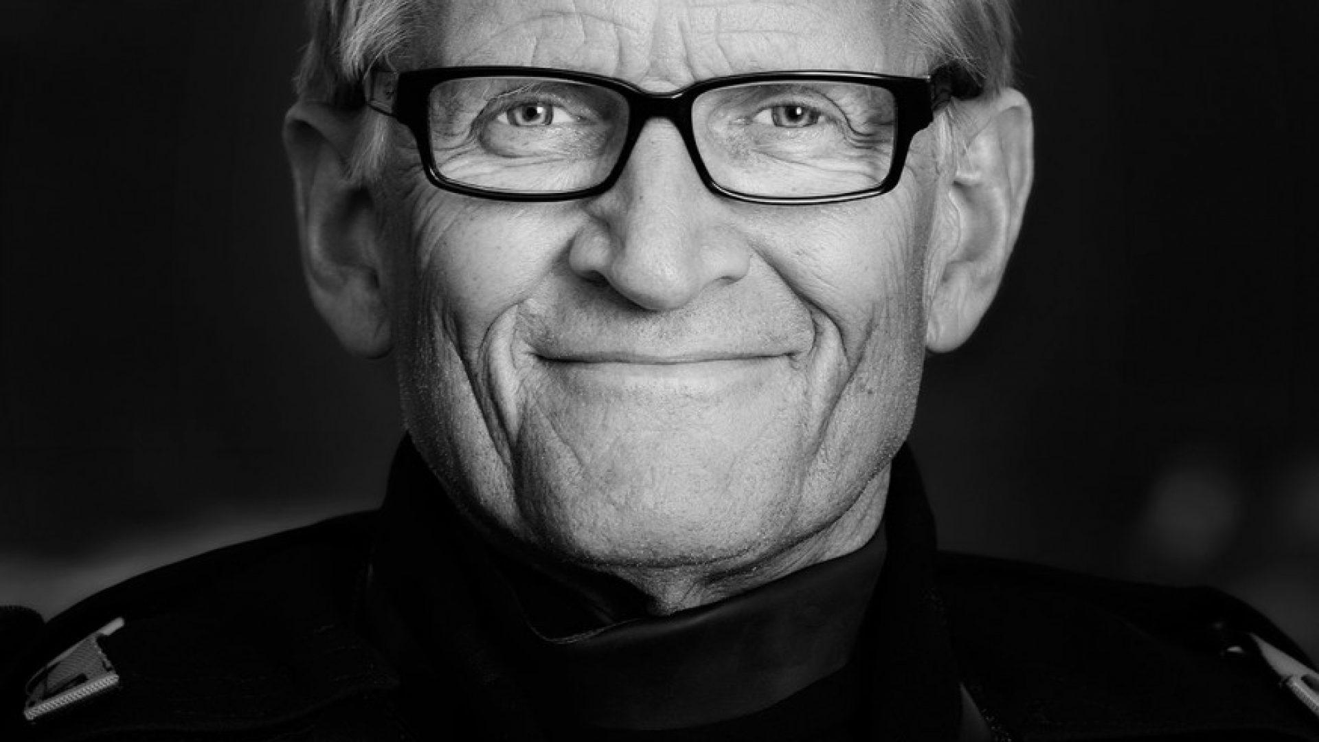 Mads Gilbert - Mann med briller, todagers skjegg. I svart-hvitt