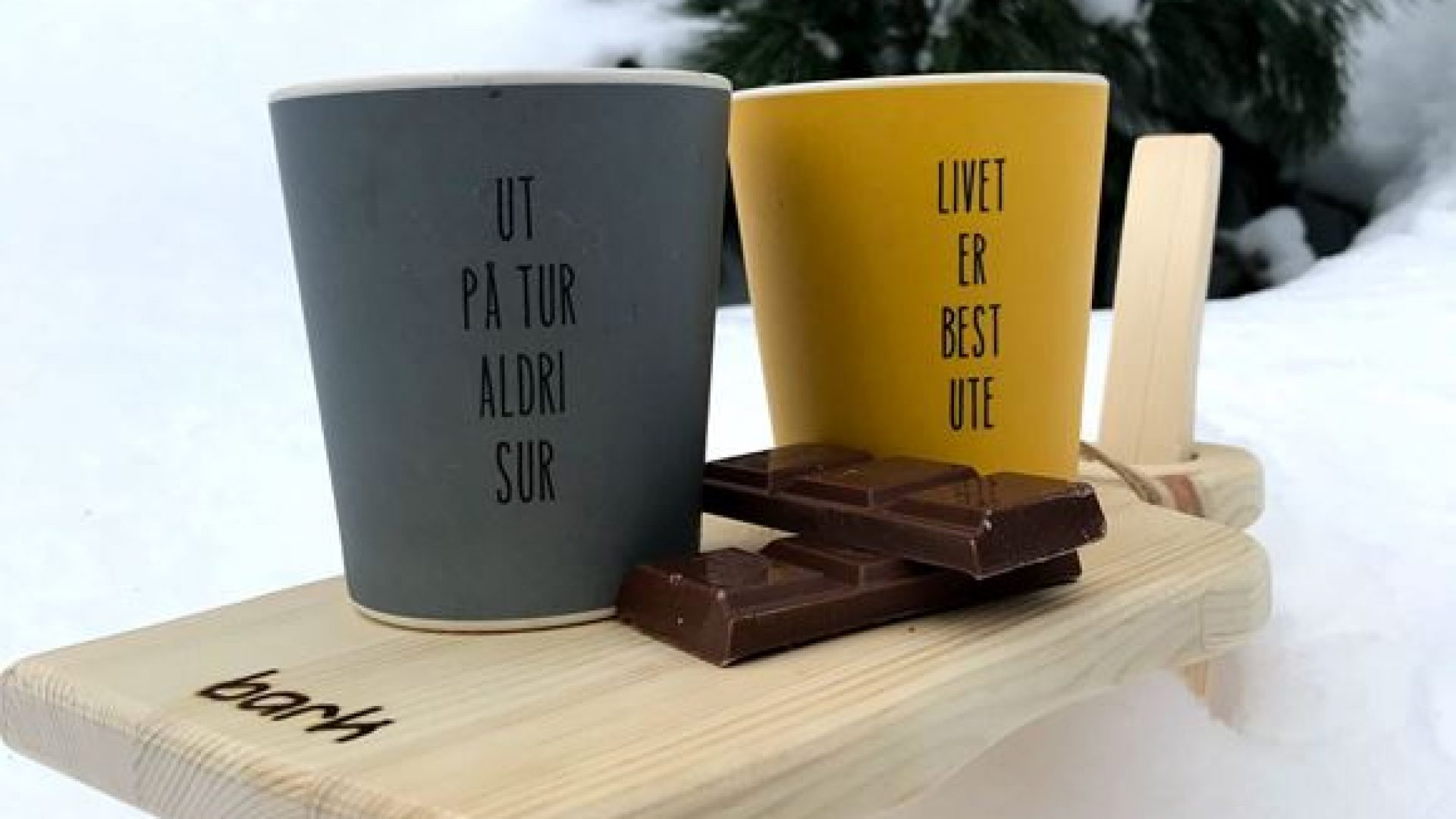 Fjellfjøl med kopp og sjokolade