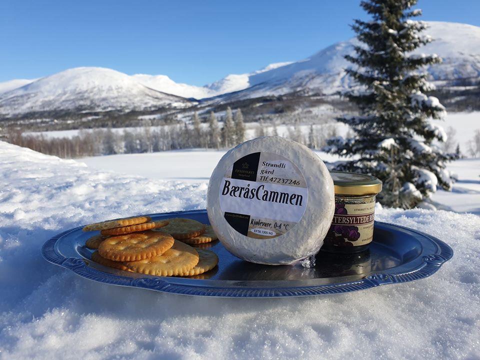 Ost og kjeks på sølvfat ute i snøen