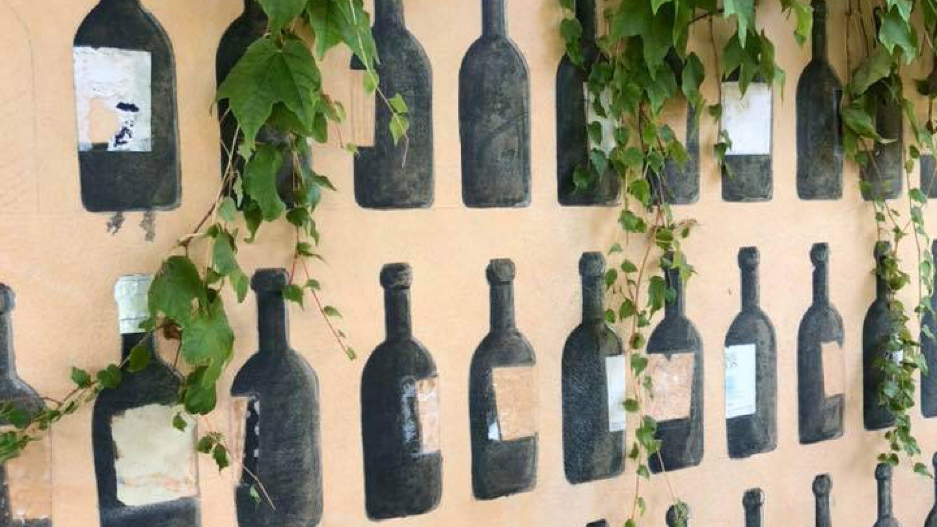 vinflasker på vegg