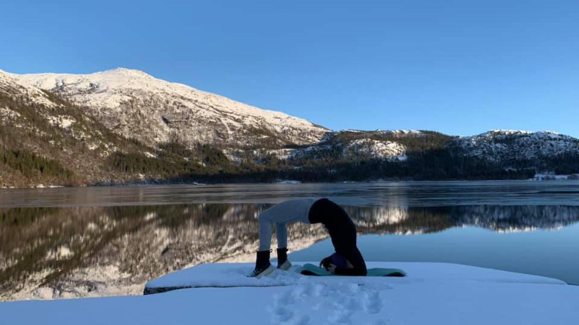 Yogapositur foran natur