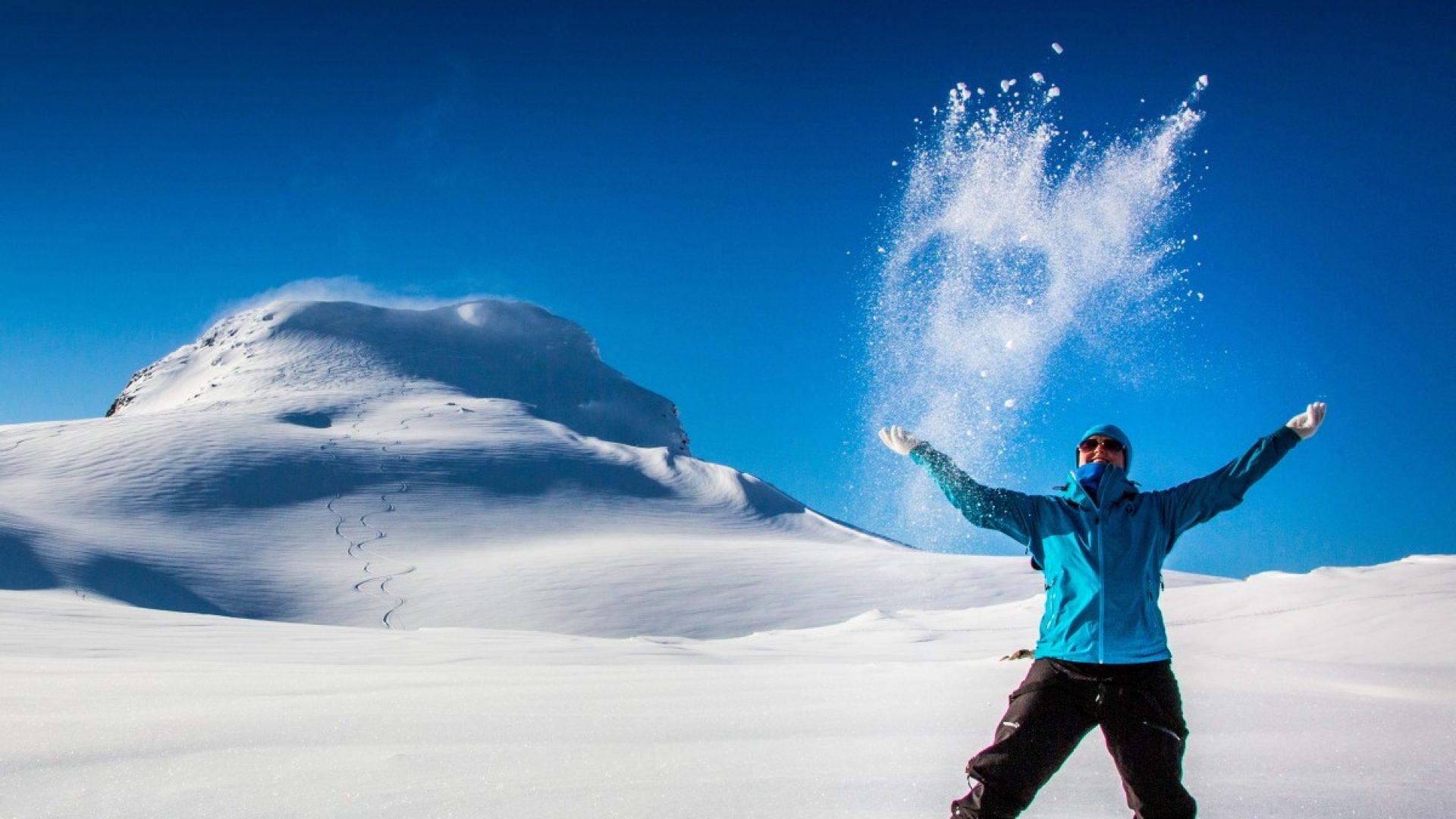 Dame som kaster snø i lufta