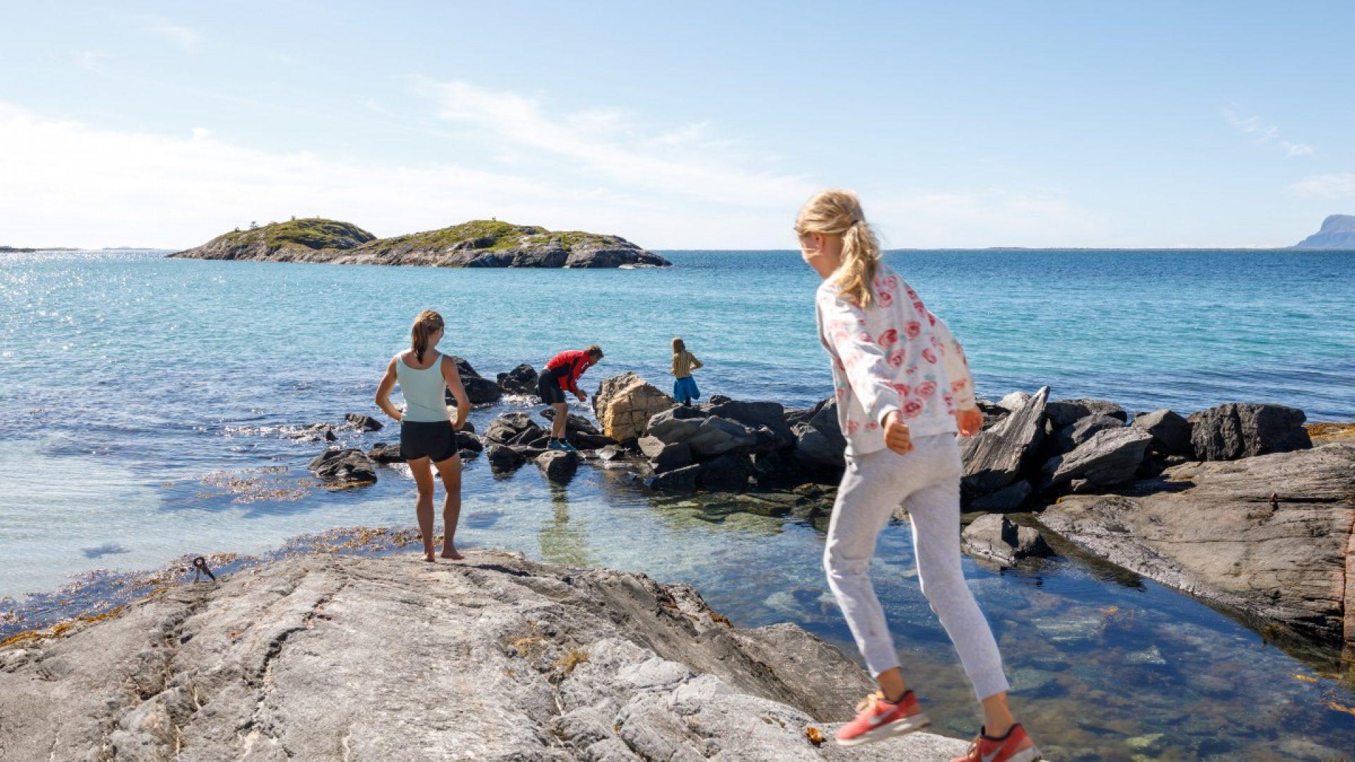 Familie som utforsker kysten