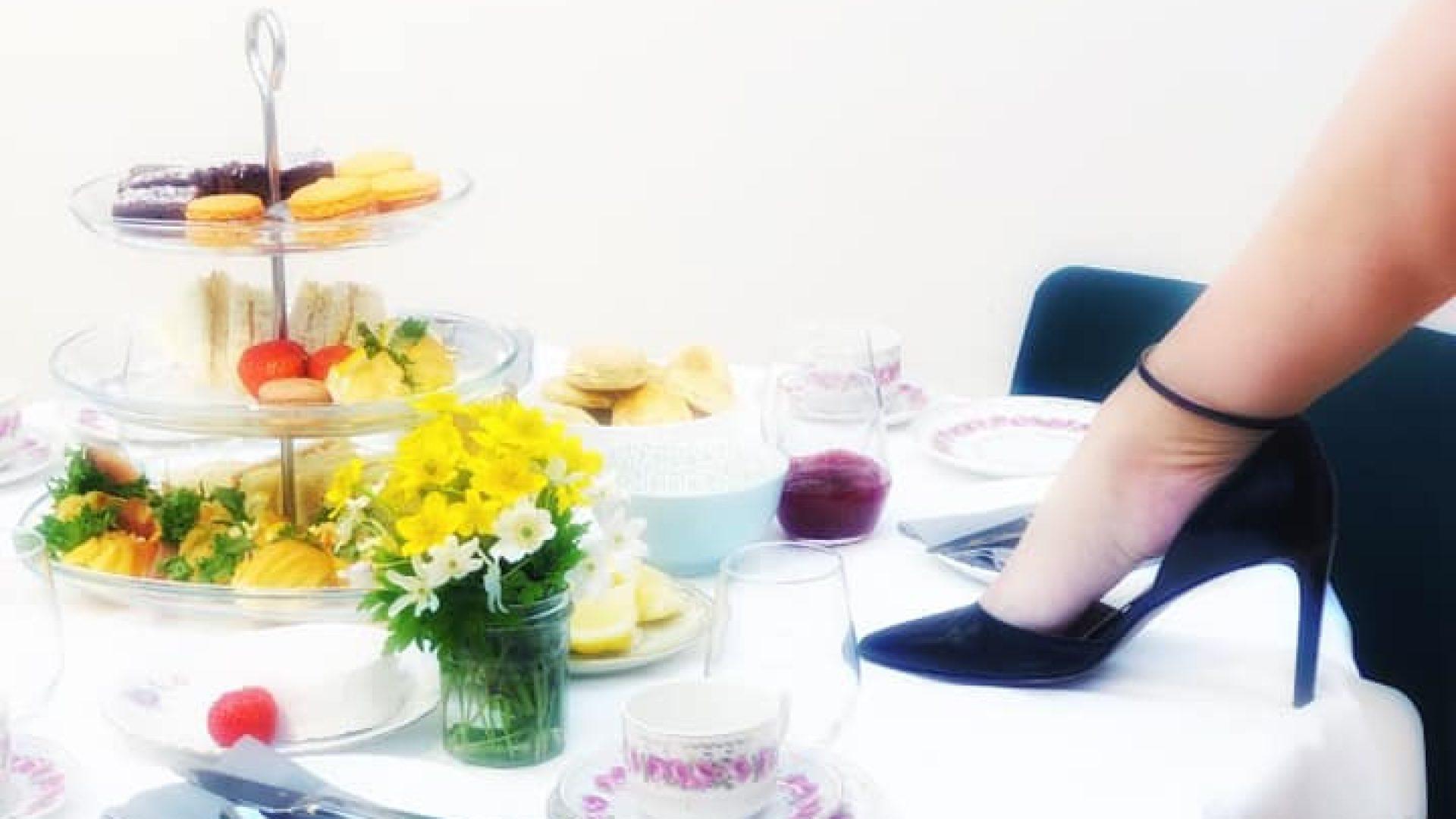 Et bord fylt med kaker, søtt og tea