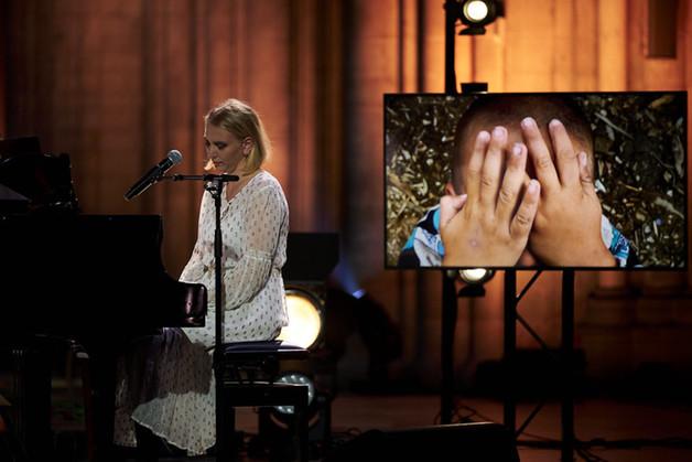 Marthe Valle som spiller piano