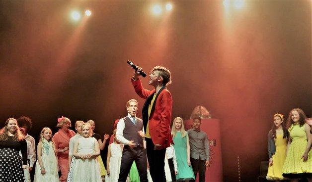 Unge artister og talenter som synger sammen på en scene