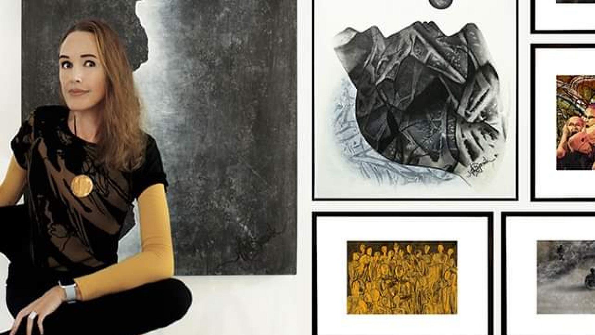 Ann karin Bjørsvik sitter med kunsten sin utstilt i bakgrunnen