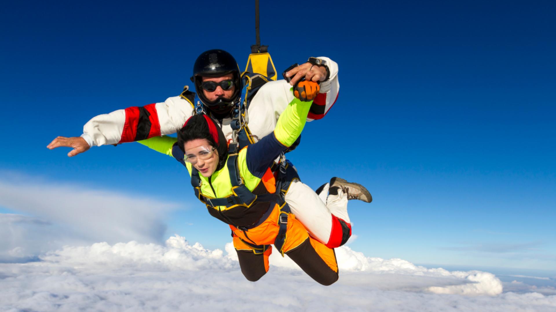 To stykker som hopper i fallskjerm