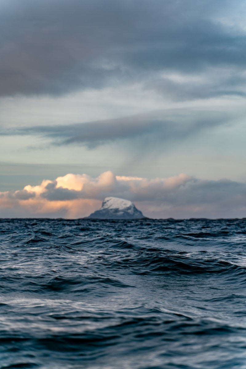Bilde av hav og fjell i Lurøy kommune