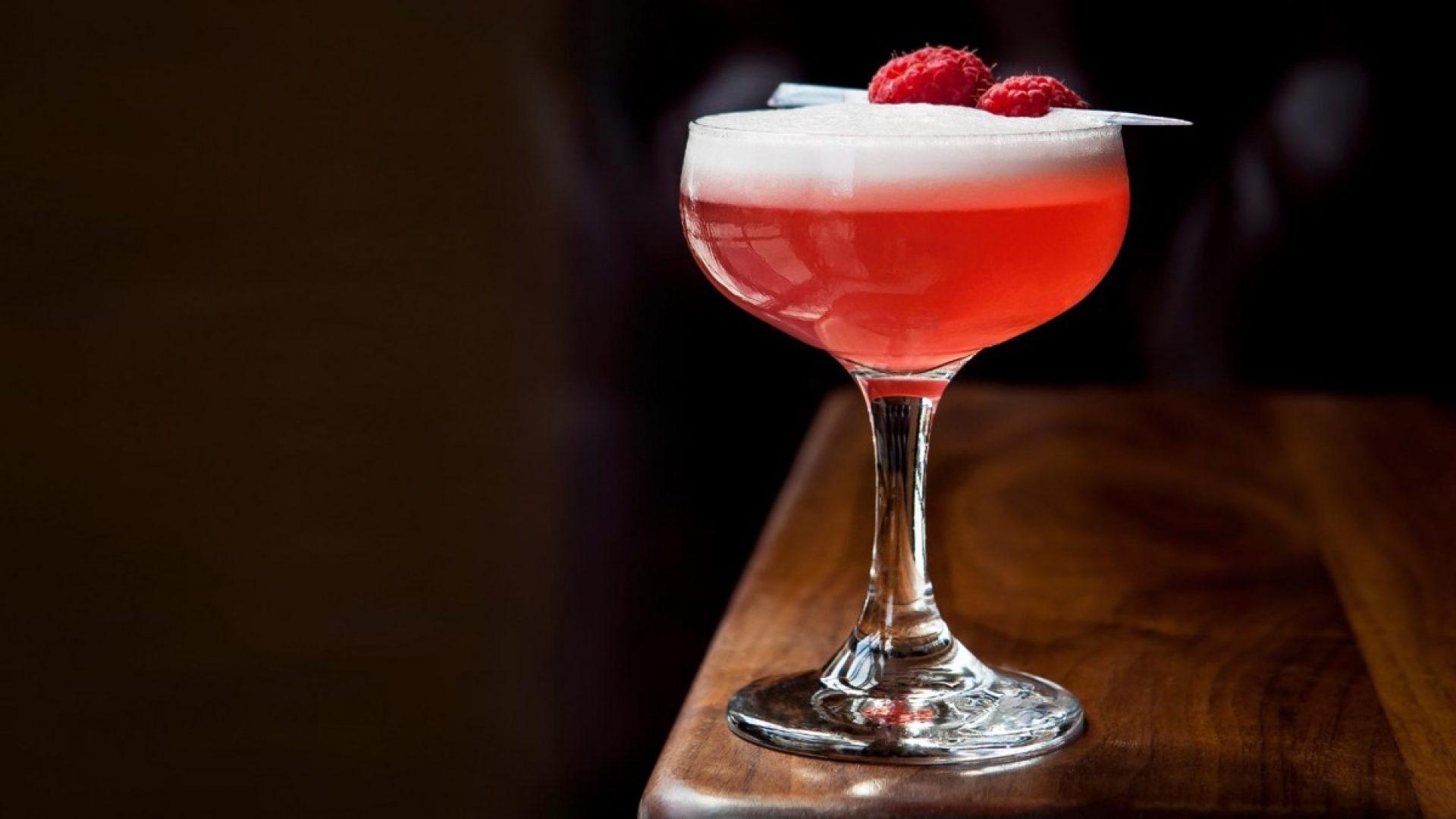 Rød drink toppet med bringebær