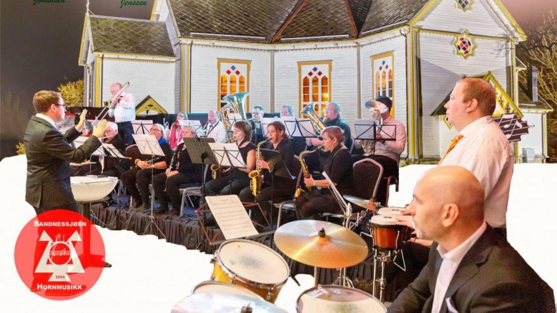 Musikere som spiller fremfor kirken.