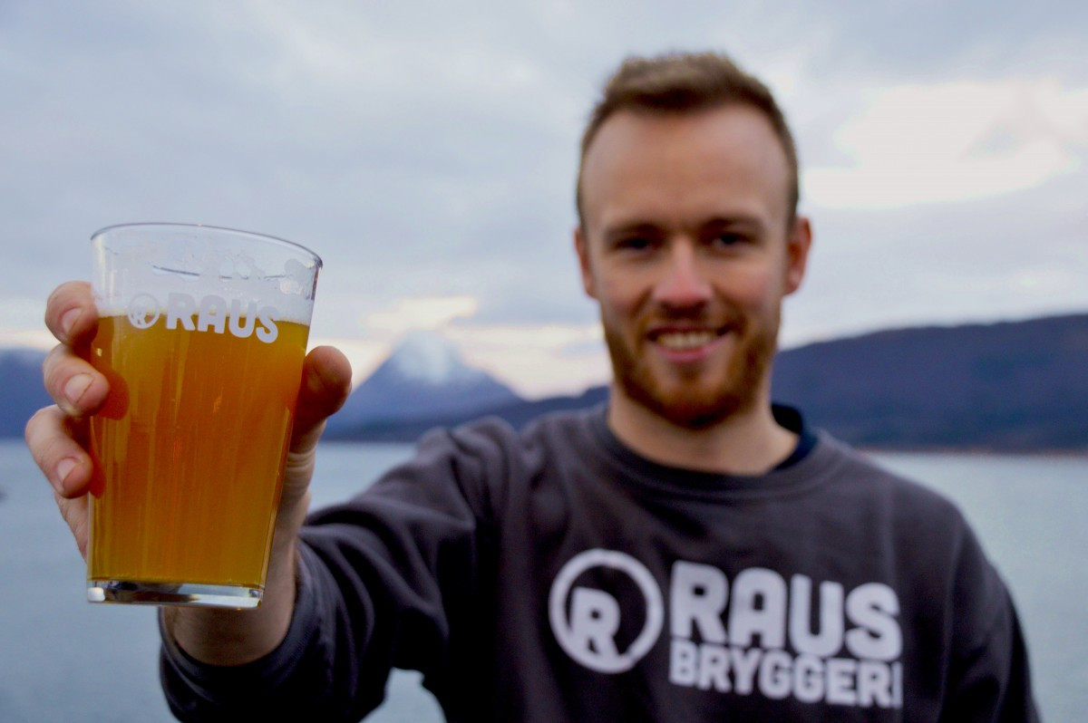 Kristian skåler med øl