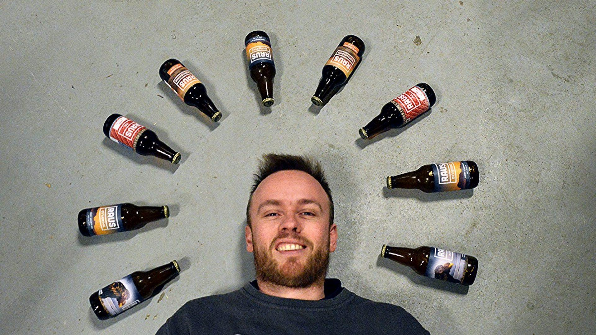 Ølflasker peker på Kristian som ligger på gulvet