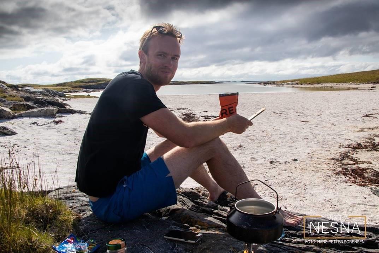 Kristian som sitter på stranda