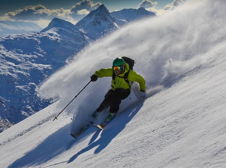 Kristian på topptur, kjører ski