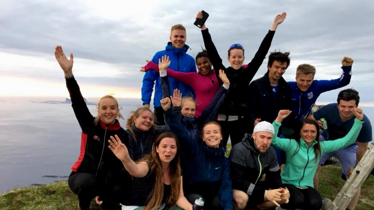 unge traineer på toppen av Lovundfjellet