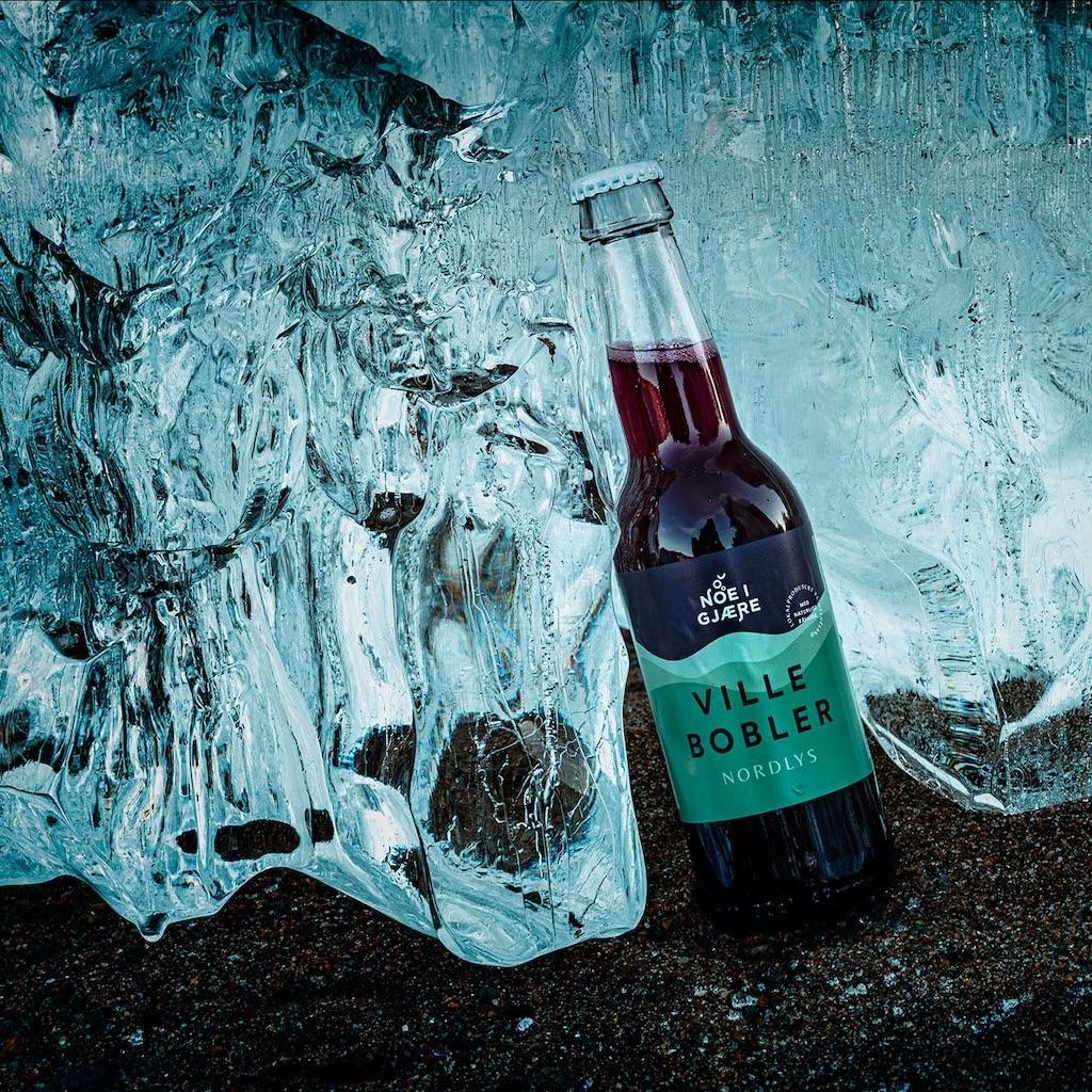 rød flaske mot is