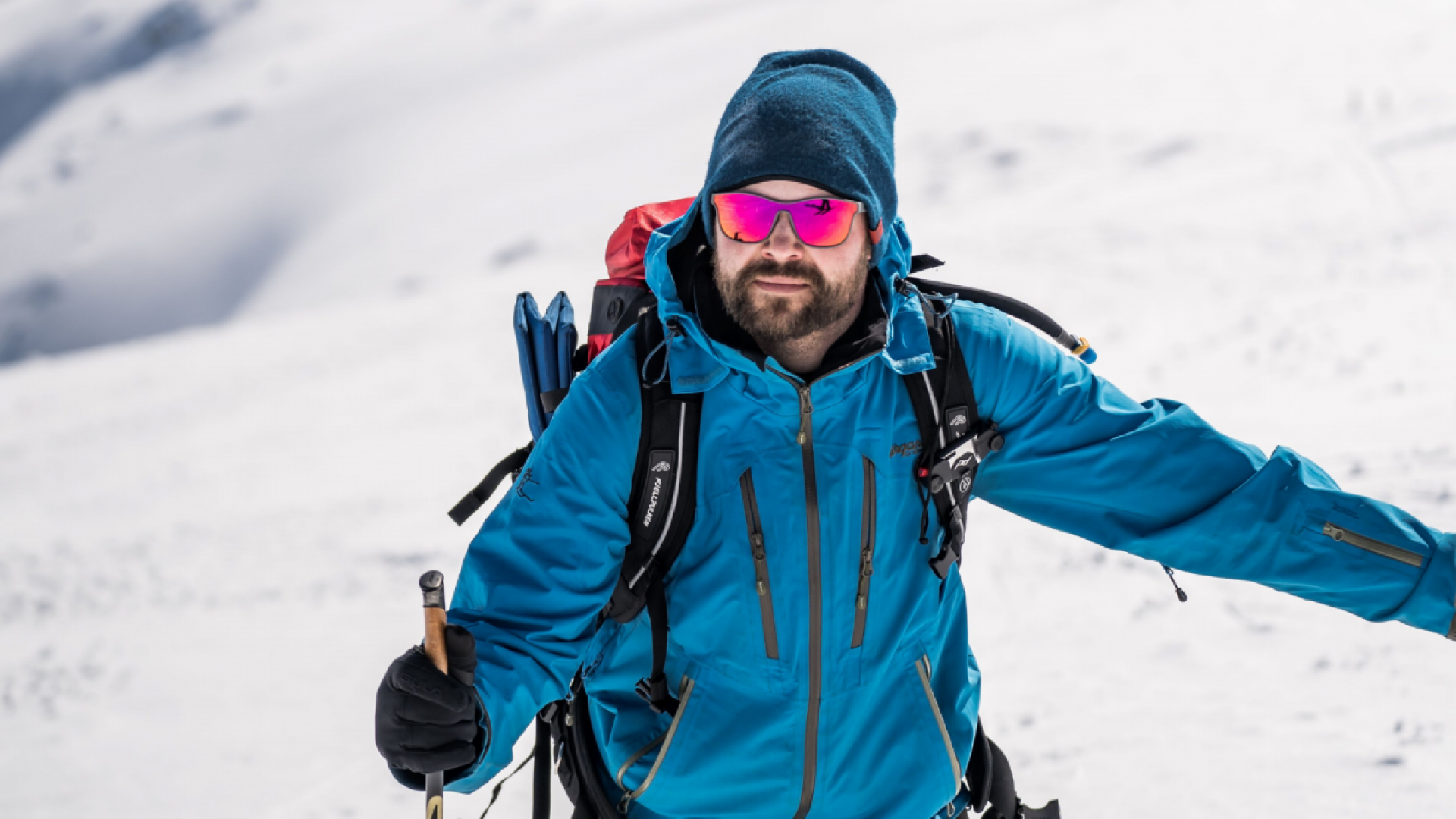 mann med solbriller på skitur