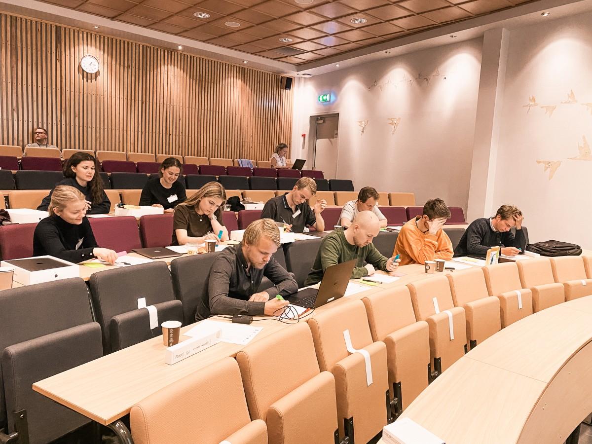 Studenter som sitter i auditorium