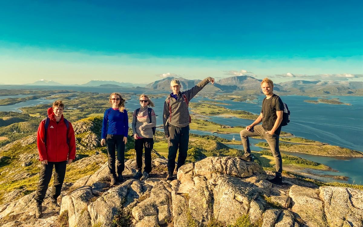 Ungdommer på fjelltopp